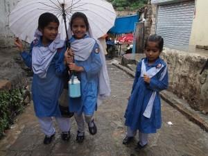 schoolgirls-photo-camp-pakistan_62029_600x450
