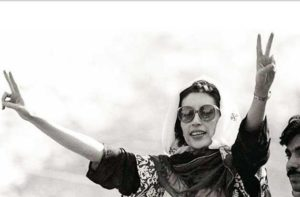 Benazir-Bhutto-making-Victory-Sign-in-Lahore-Rally-10-April-1986